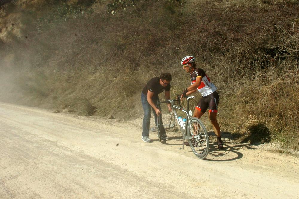 Fabian Cancellara dépanné dans un décor d'antan