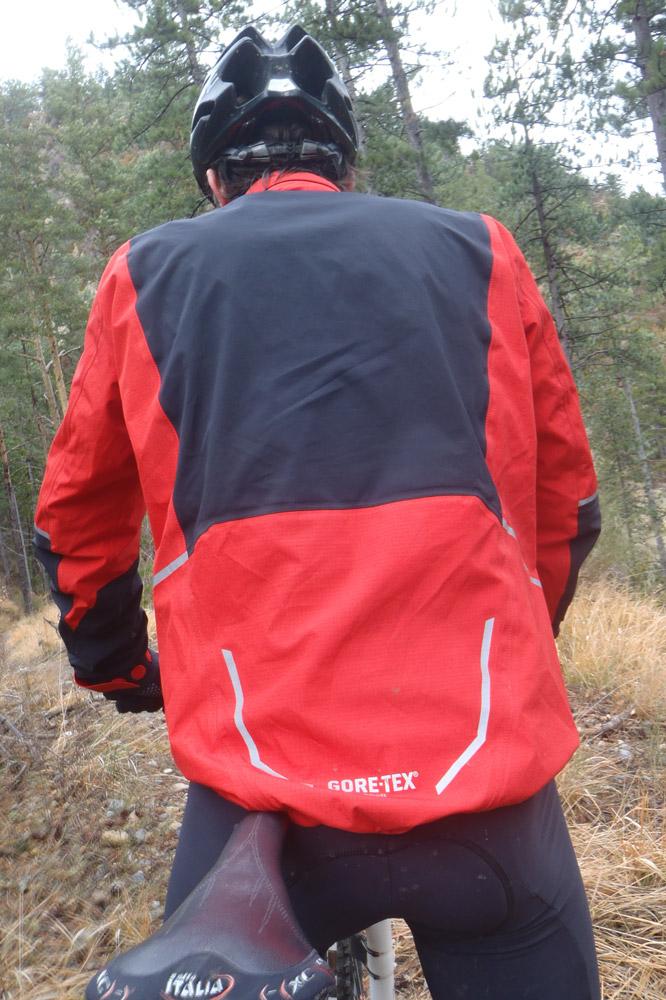 Une veste étanche, résistante, conçue pour la pratique d'activités intenses