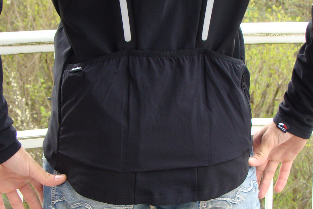 Trois poches dorsales larges et profondes