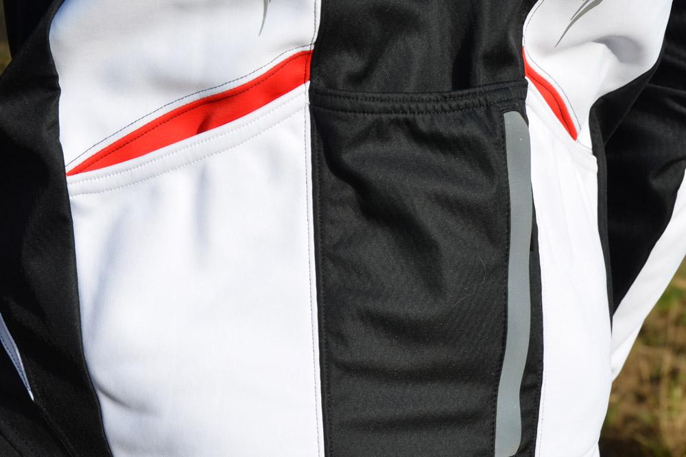 Trois poches arrière dont deux ouvertures latérales