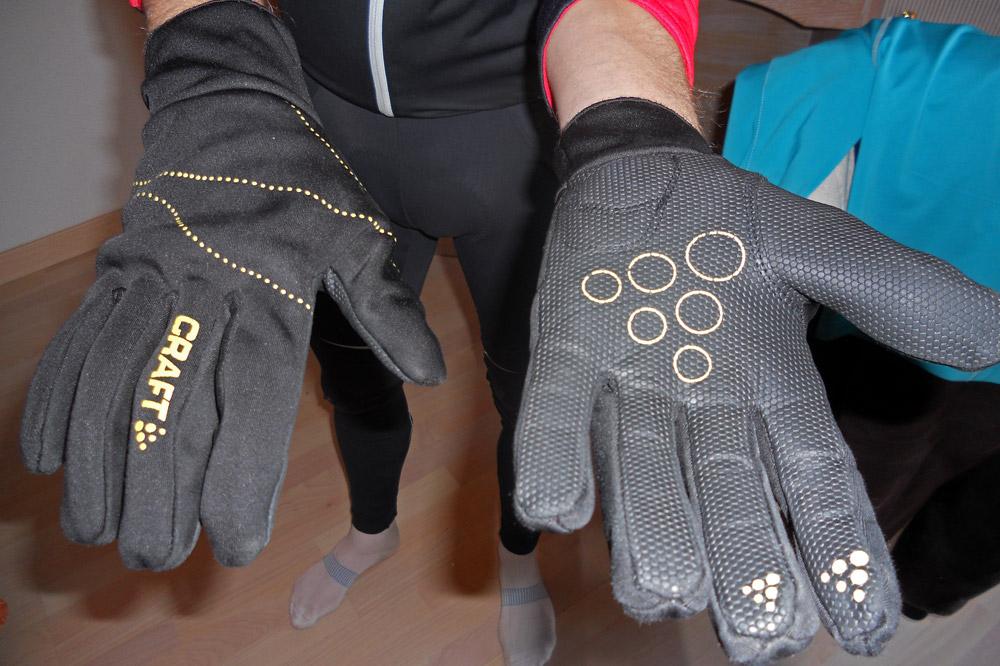 La pluie perle bien sur les gants de pluie, parfaitement imperméables