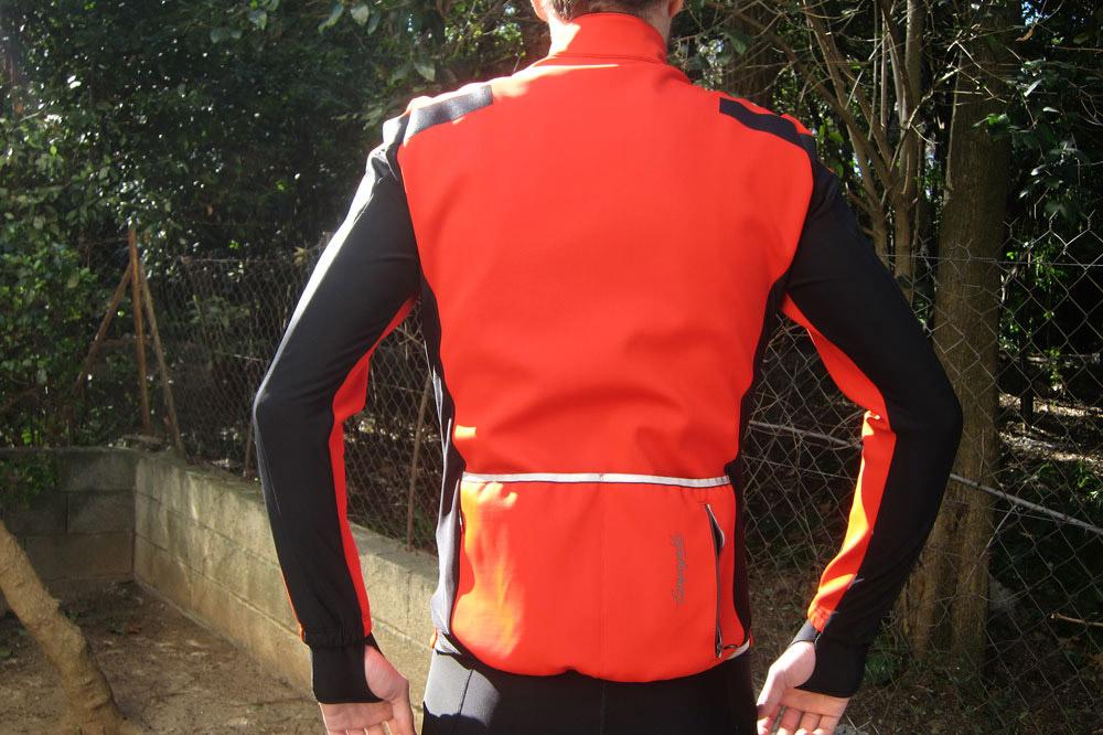 Des bandes noires coupe-vent situées au niveau des manches et un look moderne