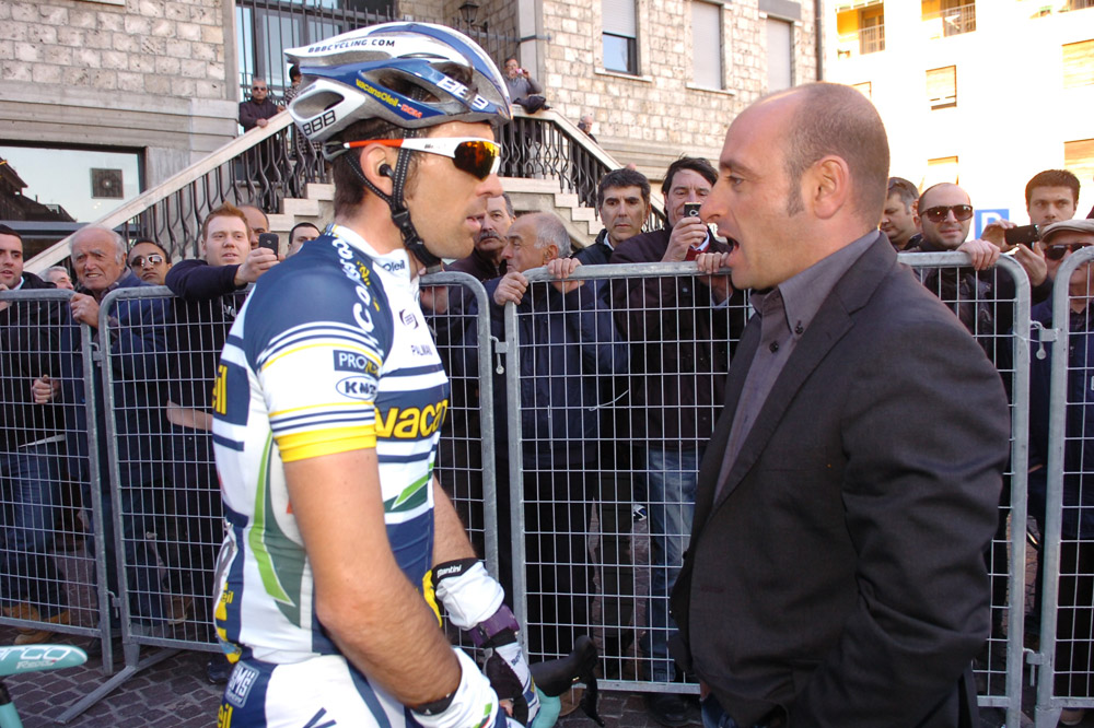 Le sélectionneur de l'équipe d'Italie Paolo Bettini en conversation avec Marco Marcato