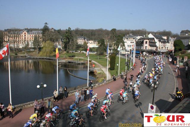 Le peloton sur les routes du Tour de Normandie