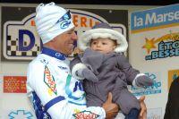 Stéphane Poulhiès célèbre sa victoire en famille