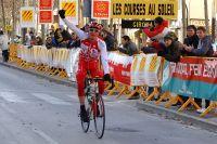 Romain Guillemois lève un bras victorieux aux Boucles Catalanes