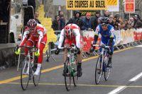Le sprint est serré, Ludwig Laffilé, à gauche, s'impose d'une courte tête