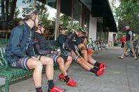 Les coureurs de Bontrager-Livestrong patientent dans les rues de Durango avant le départ