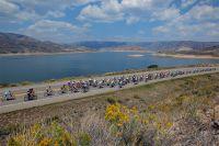 Le peloton du Tour du Colorado au bord de Blue Mesa Reservoir à 2292 mètres d'altitude