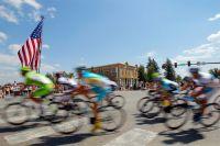 Un immense drapeau américain salue le peloton dans la traversée de Crested Butte