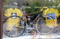Vélo et maillot jaune de Lance Armstrong sont exposés derrière une vitrine d'Aspen