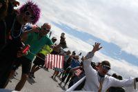 Les spectateurs américains enjoués au passage des véhicules suiveurs