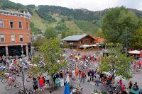 La foule salue le peloton du Tour du Colorado dans les rues d'Aspen
