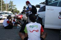 Les coureurs d'EPM-UNE récupèrent à même le sol