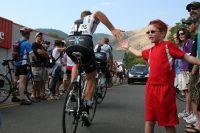 Une tape dans la main, et ce jeune supporter américain est vacciné à vie au vélo !