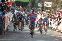 Diego Ulissi domine le peloton au sprint