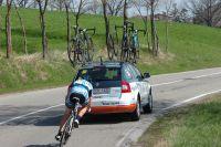 Un coureur accidenté rentre dans le sillage de son véhicule