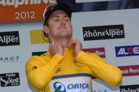 Luke Durbridge ajuste le col de son maillot jaune