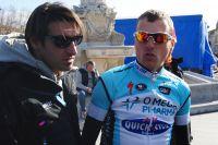 Davide Bramati donne les derniers conseils à ses coureurs