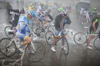 Les cyclosportifs prennent le temps de se couvrir avant de se lancer dans la descente du Tourmalet