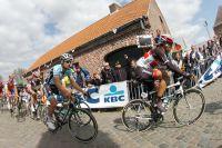 Tom Boonen attentif dans la roue de Fabian Cancellara... avant le tournant