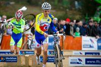 Emilien Viennet passe les planches vélo à la main