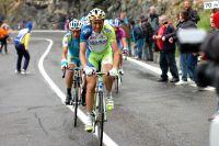 Ivan Basso tente de contenir les attaques de ses adversaires