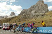 Les guerriers du Giro dans le cadre titanesque du Passo Giau