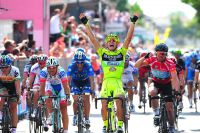 Andrea Guardini lève les bras au ciel, Cavendish enrage