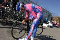 Michele Scarponi vérifie son matériel, le Giro va commencer