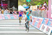 Epuisé par son sprint en côte, Paolo Tiralongo lève un bras devant Michele Scarponi