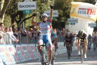 Roberto Ferrari pointe un doigt au ciel, il gagne un sprint du Giro