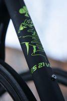 Le vélo Colnago de Pierre Rolland frappé du dessin de l'Alpe d'Huez