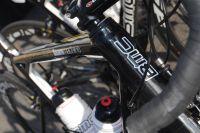 Les coureurs de l'équipe Continentale Atlas-Personal roulent sur des vélos suisses
