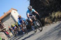 Les coureurs ne relâchent pas leurs efforts au sommet