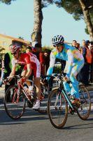 Les coureurs sont prudents dans la partie descendante du circuit final