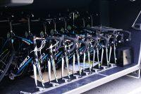 Les vélos du team Astana restent sagement dans les soutes du bus avant le départ.