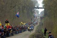 Le peloton entre dans la Tranchée d'Arenberg