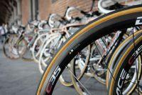 A l'ombre du Palais Provincial, les 198 vélos du peloton attendent leur champion