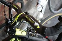 C'est écrit dessus sur le cintre, c'est le vélo de Michele Scarponi