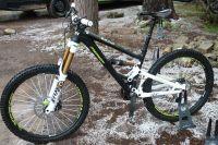 Le vélo d'enduro avec 160 mm de débattement