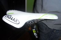 La selle SLR de Selle Italia aux couleurs du Multivan Merida Biking Team avec un rail spécialement étudié pour les VTT Merida