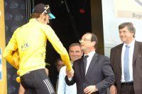 Le Président de la République François Hollande salue le Maillot Jaune Bradley Wiggins