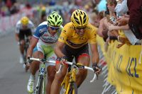 En jaune, Fabian Cancellara acclèle, Peter Sagan le suit