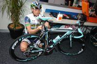 Sergey Lagutin effectue les derniers réglages sur son nouveau Bianchi Oltre