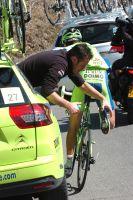 Vincenzo Nibali répare sa cale en équilibriste