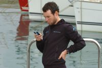 Mark Cavendish consulte son smartphone