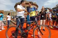 Miguel Indurain donne son ancien vélo à la fondation Alberto Contador qui envoie des vélos en Afrique.