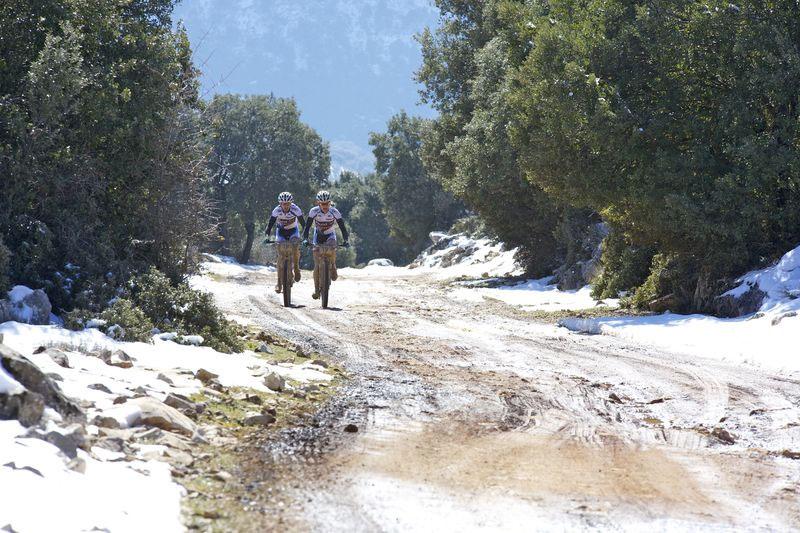 Les pilotes de l'Andalucia Bike Race affrontent les sommets enneigés