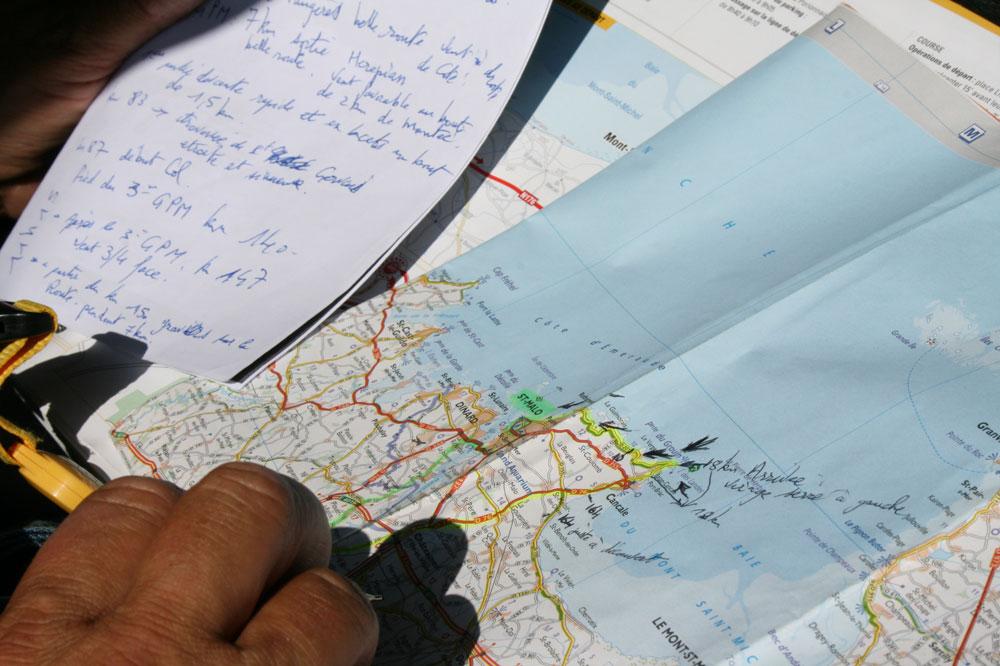 Des notes, une carte, le quotidien de l'éclaireur